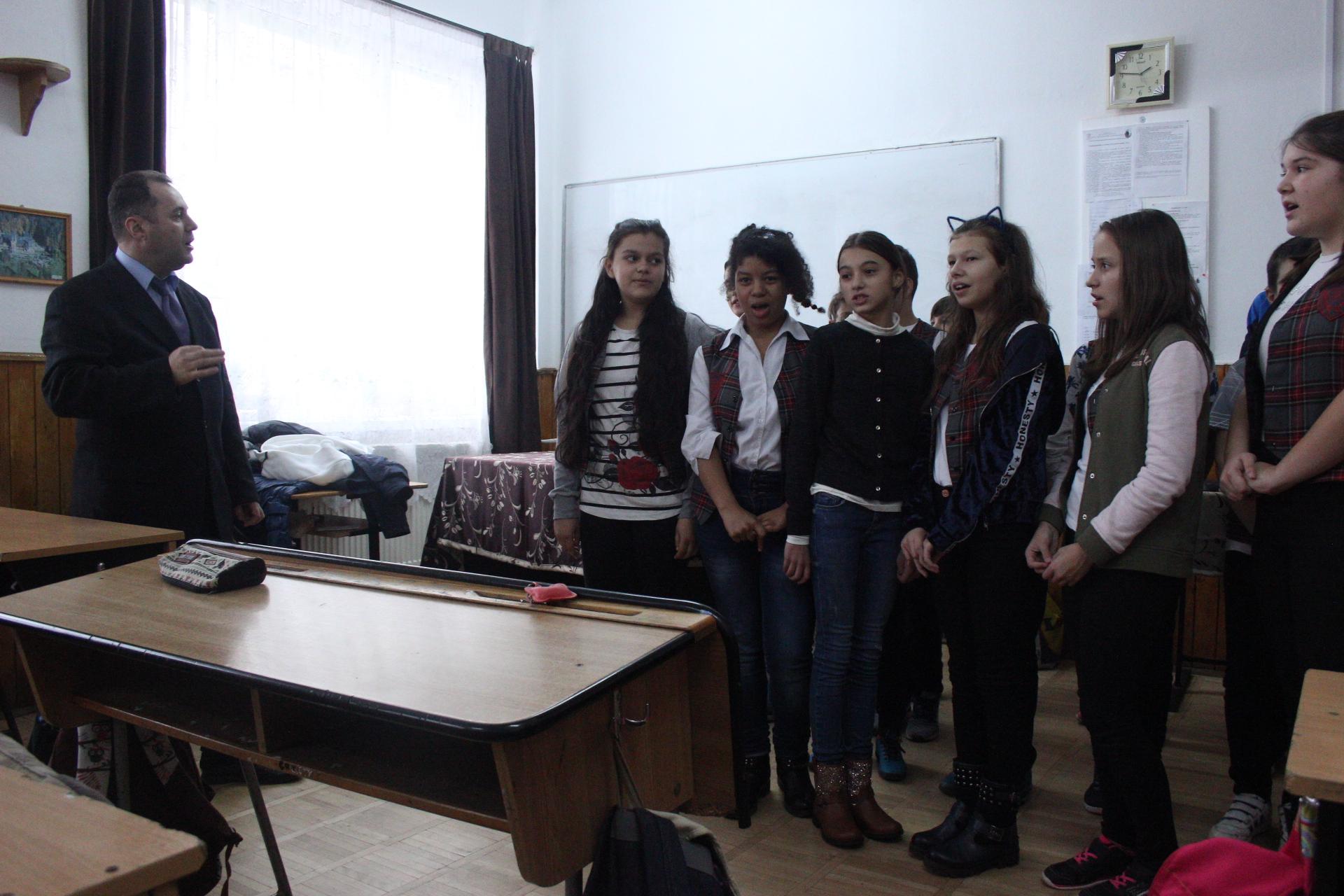 cs-mioveni-cadouri-elevi-scoala-nr-8-pitesti (2)